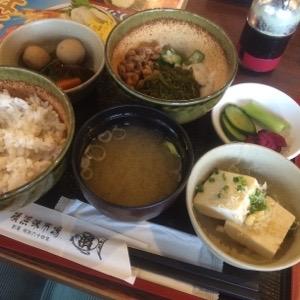 たまには後輩とランチで質素定食!「横浜味市場」